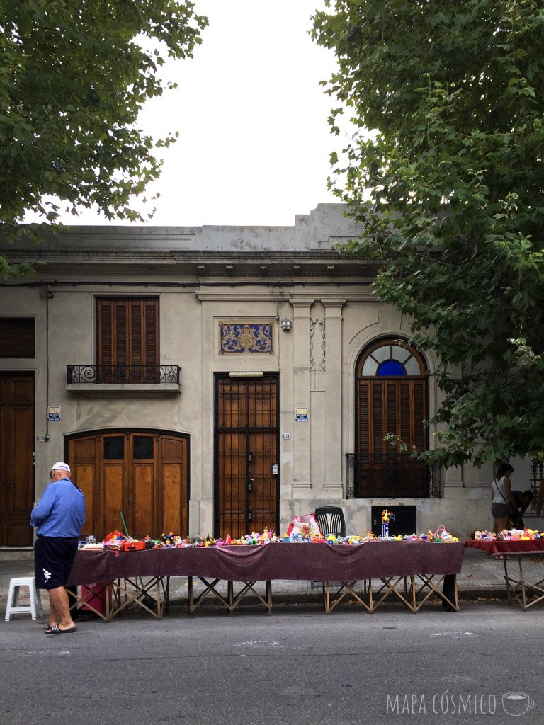 típica calle de montevideo, uruguay