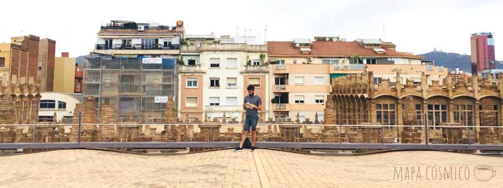 Planeando presupuestos de viaje sobre las terrazas de Barcelona
