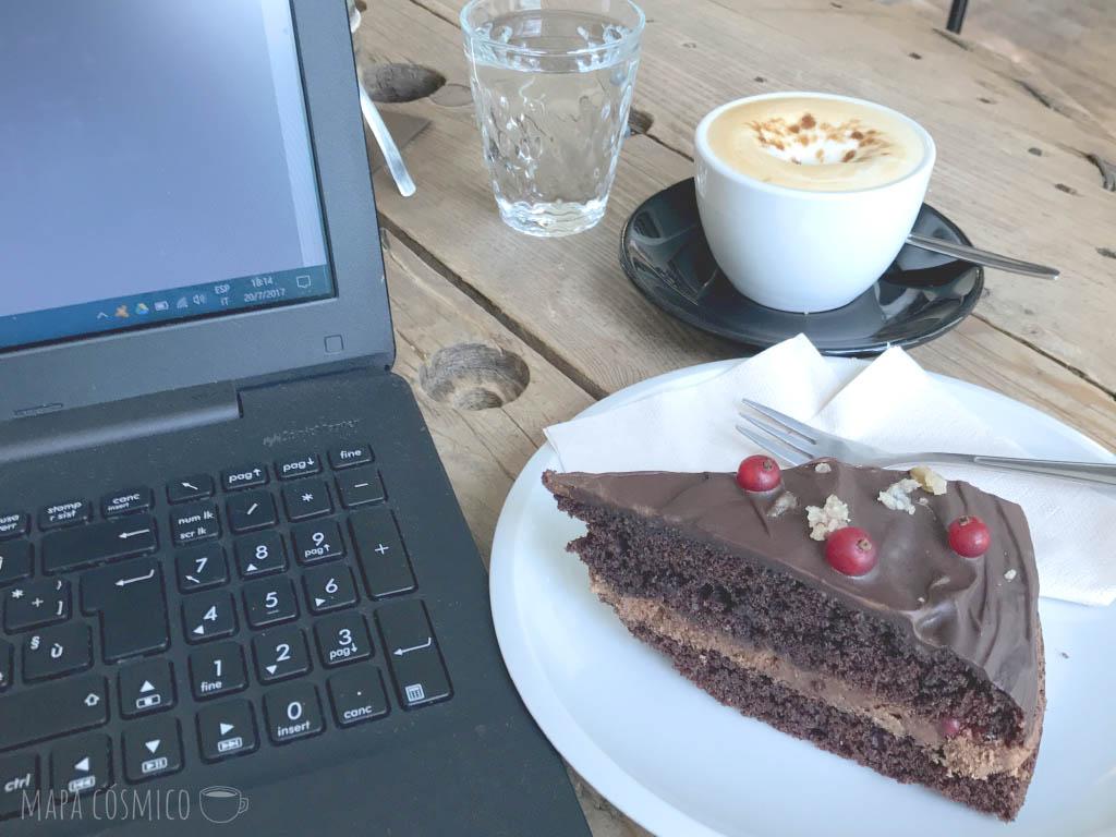 El café y la torta de SKØG Urban Hub en Brno