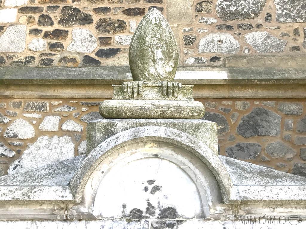 Detalle conmemorativo en los muros de la base de la catedral de San Pedro y San Pablo de Brno