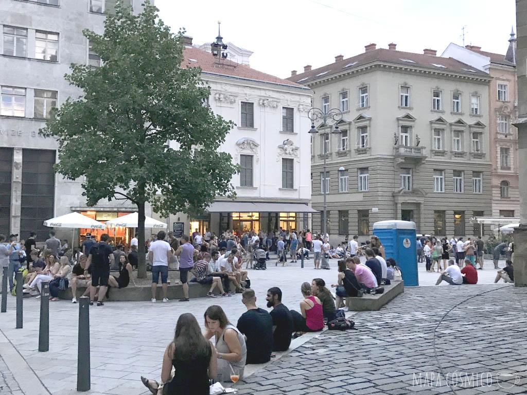La juventud de Brno socializando en el centro de la ciudad checa