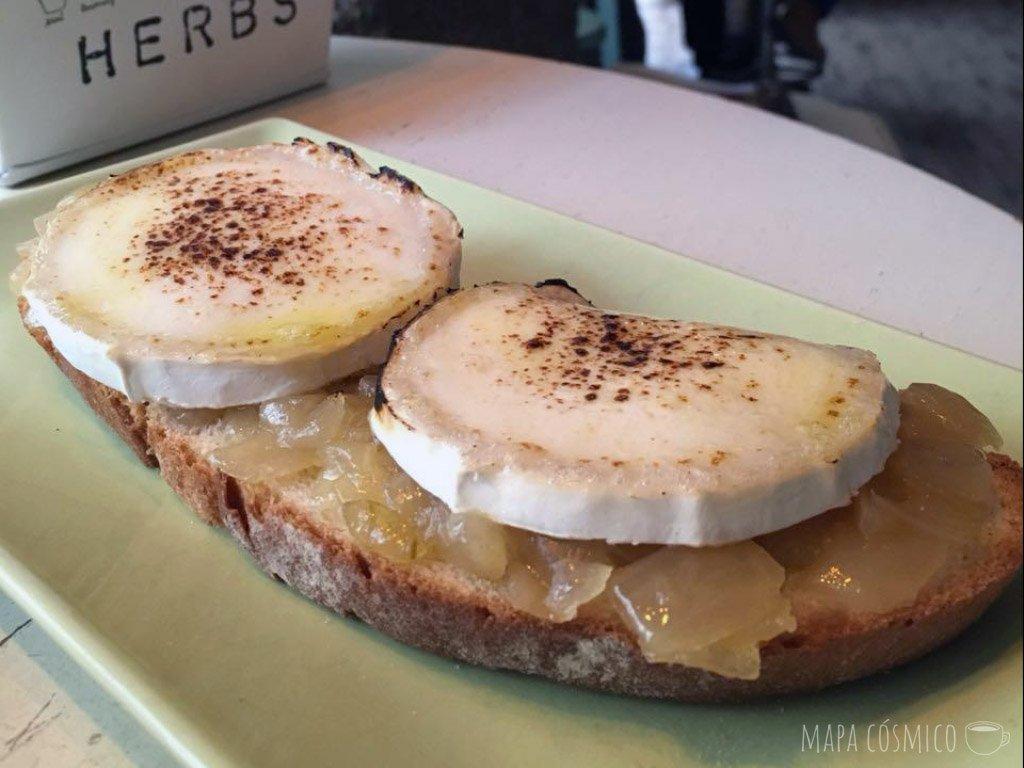 Tosta con queso y cebolla en Café de la Luz, Malasaña Madrid