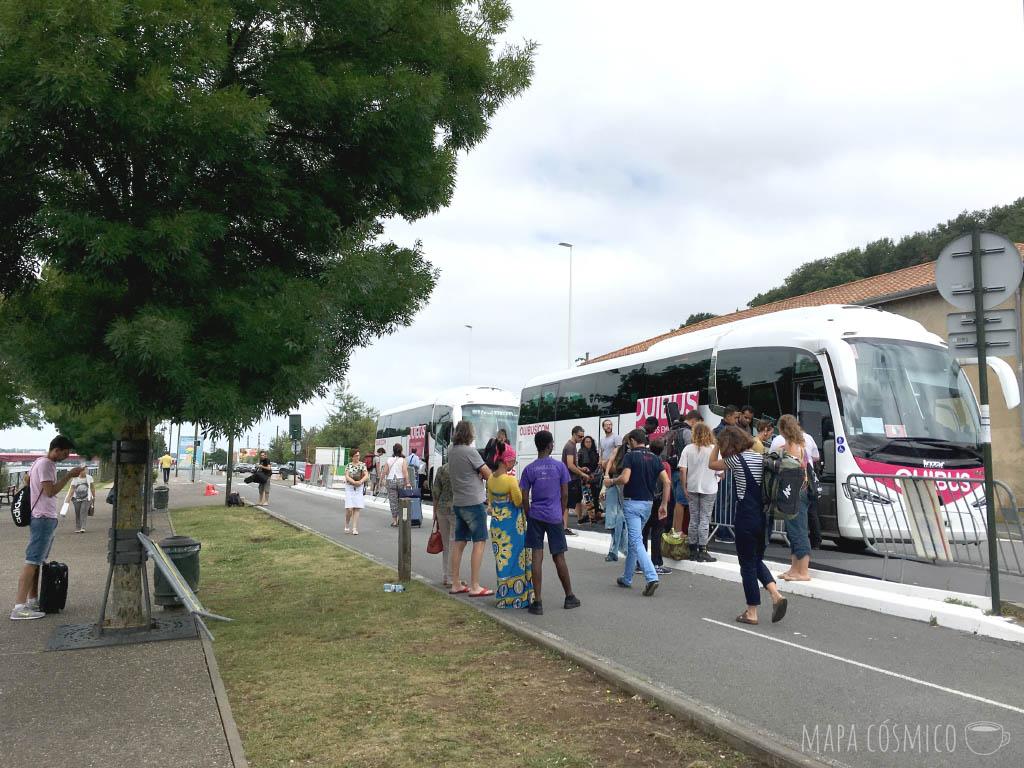 Parada de buses en la rive droite de la ciudad de Bayonne. OuiBus es un buen ejemplo de servicio de bus barato, para el cual es muy fácil conseguir pasajes