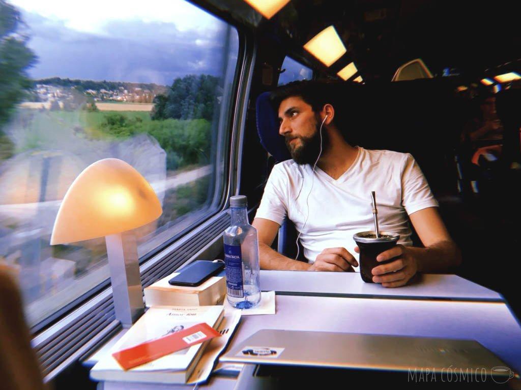 Viajando en tren en vagón de primera clase desde Barcelona a París, un trayecto clásico en Europa