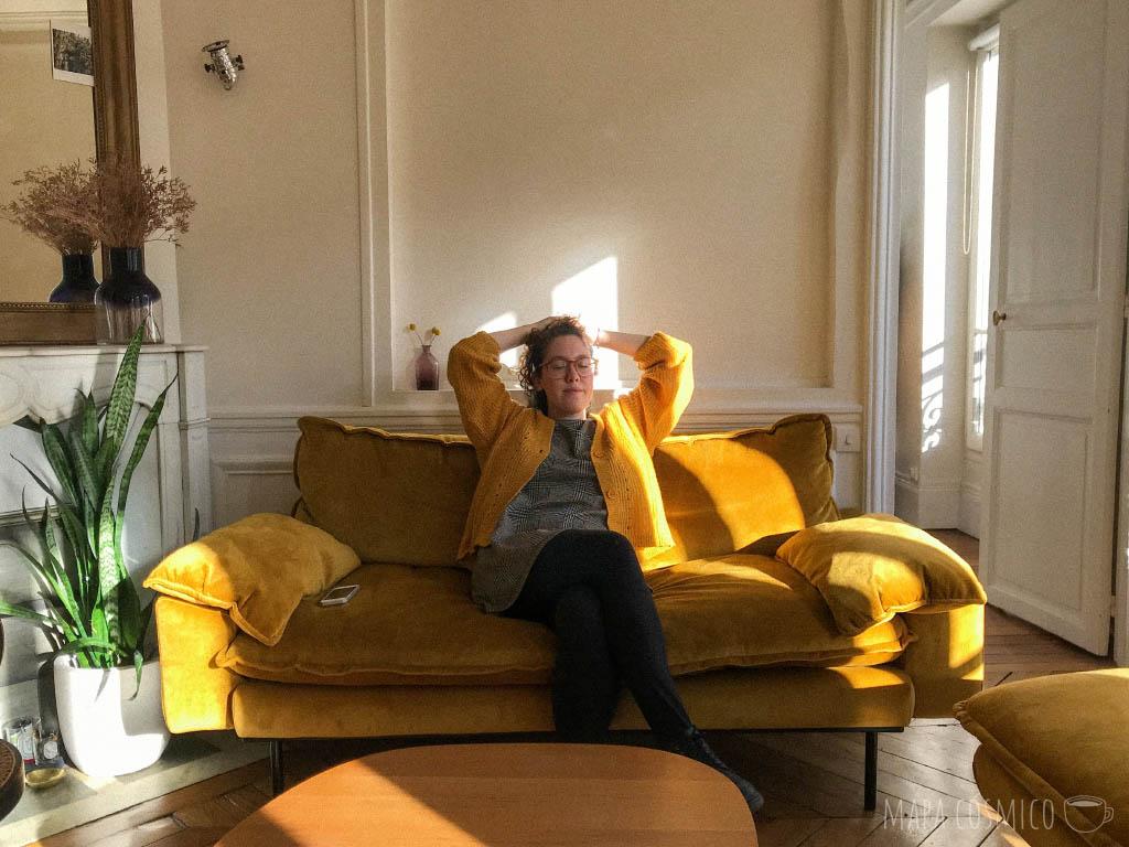 Escuchando música desde el sofá