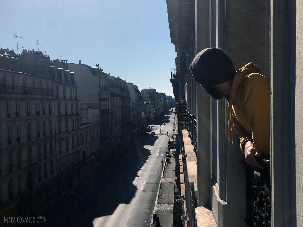 París desde la ventana en cuarentena, calles vacías, fachadas de edificios