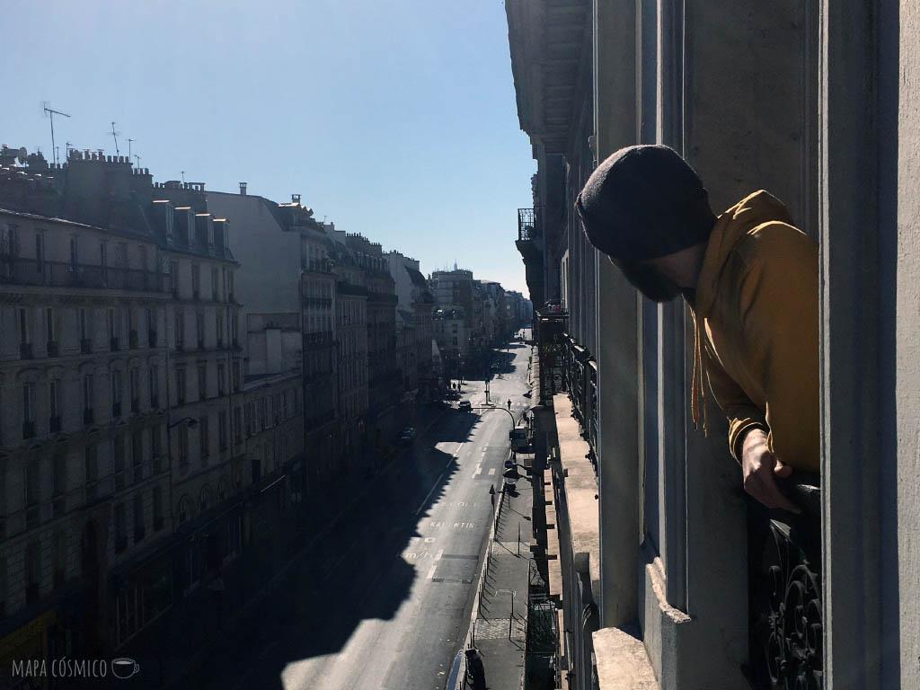 París desde la ventana en cuarentena: calles vacías, edificios, atardecer