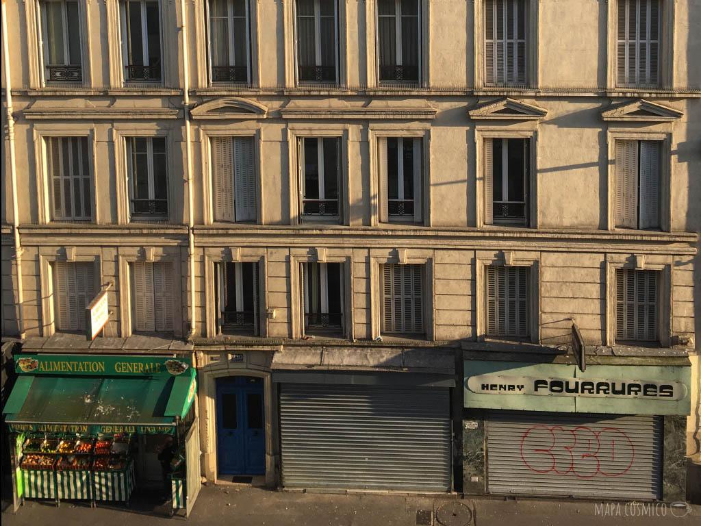 París en cuarentena: fachadas de edificios, locales cerrados y alimentaciones abiertas