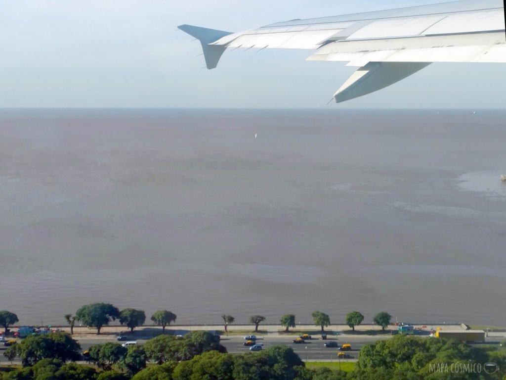 Avion despegando en la costanera de Buenos Aires, rumbo a Lisboa