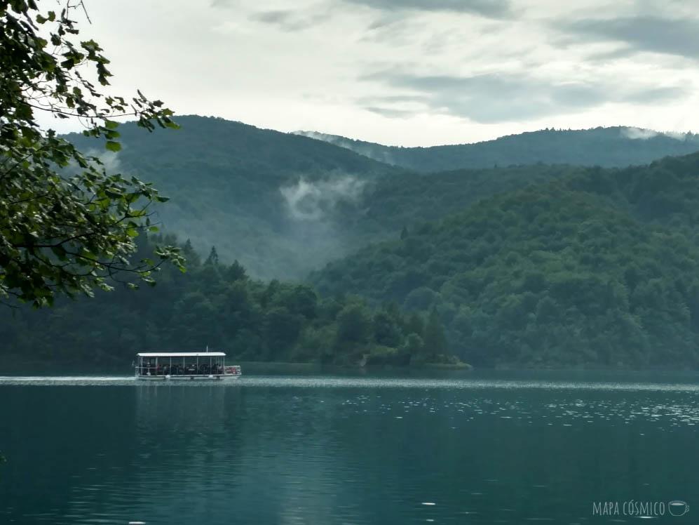 Lago de Plitvice Croacia, barco, colores verdes y azules.