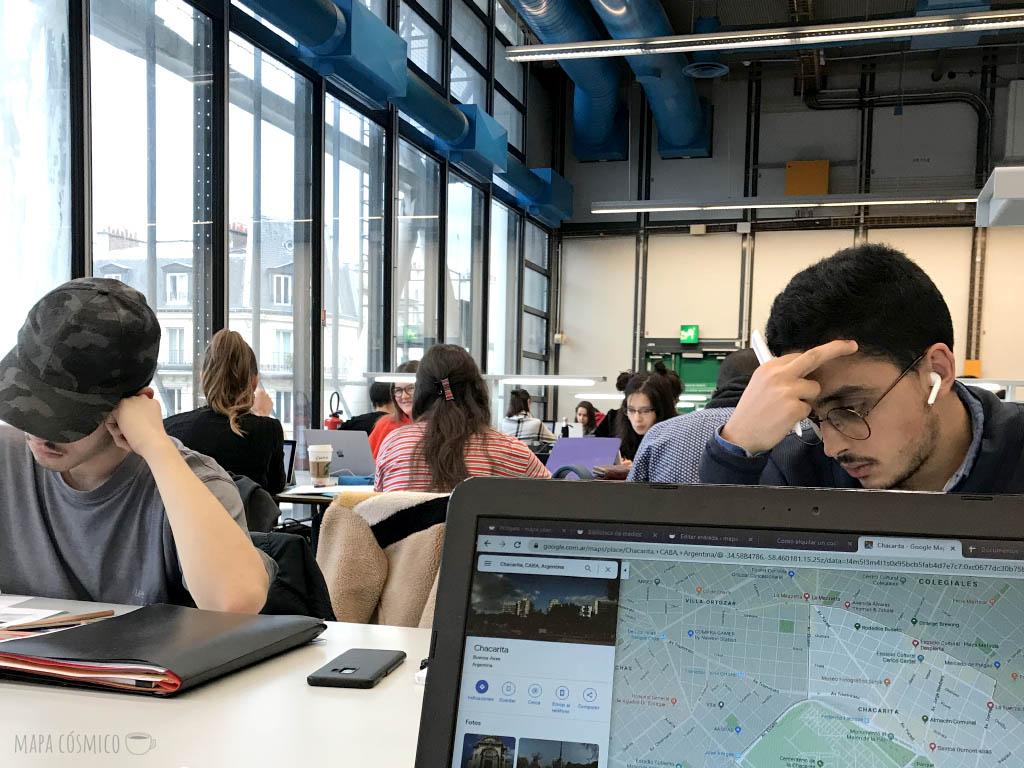 Mirando mapas y pensando en volver a viajar en la biblioteca del Centro nacional de arte y cultura Georges Pompidou en París, Francia
