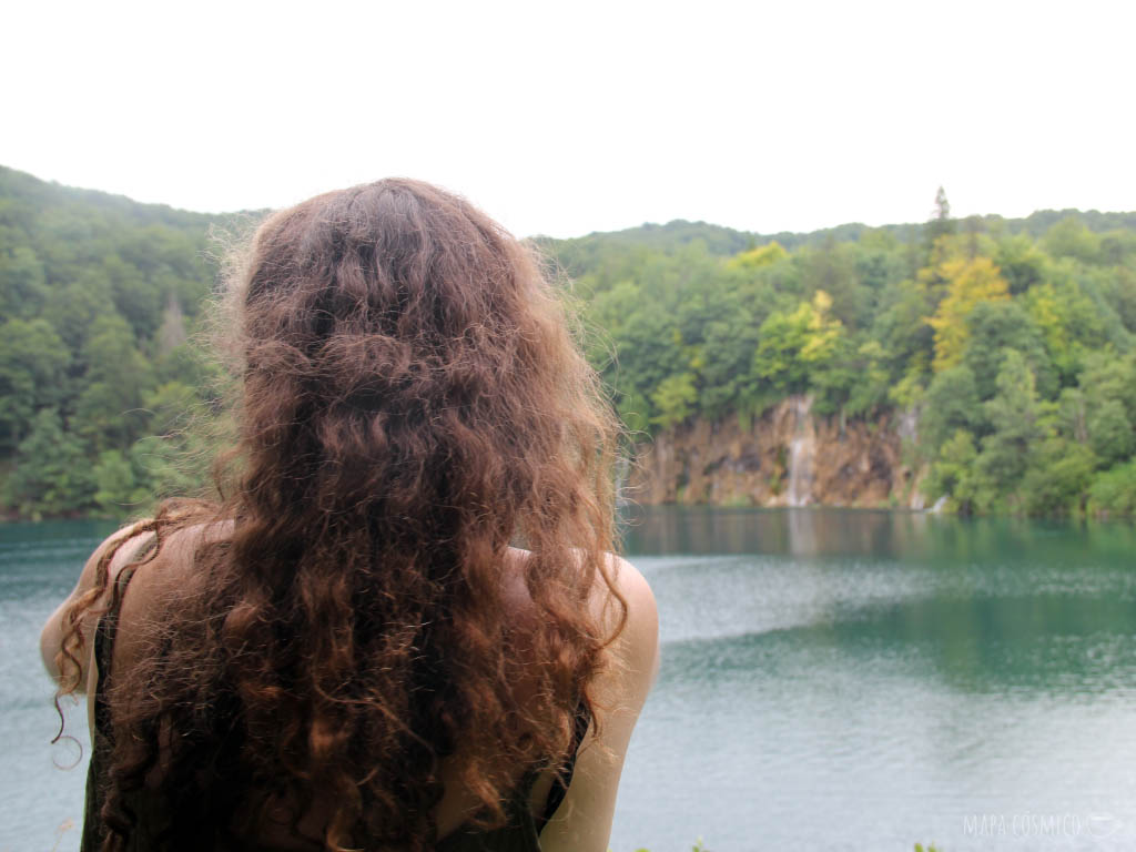 Lagos de Plitvice Croacia, colores verdes y amarillos. Mujer de espaldas.