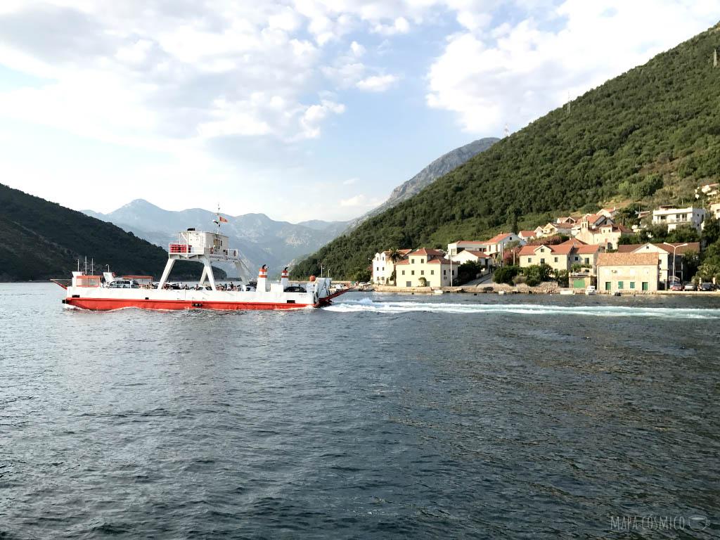 Ferry Lepetane-Kamenari en las bocas de Kotor, Montenegro