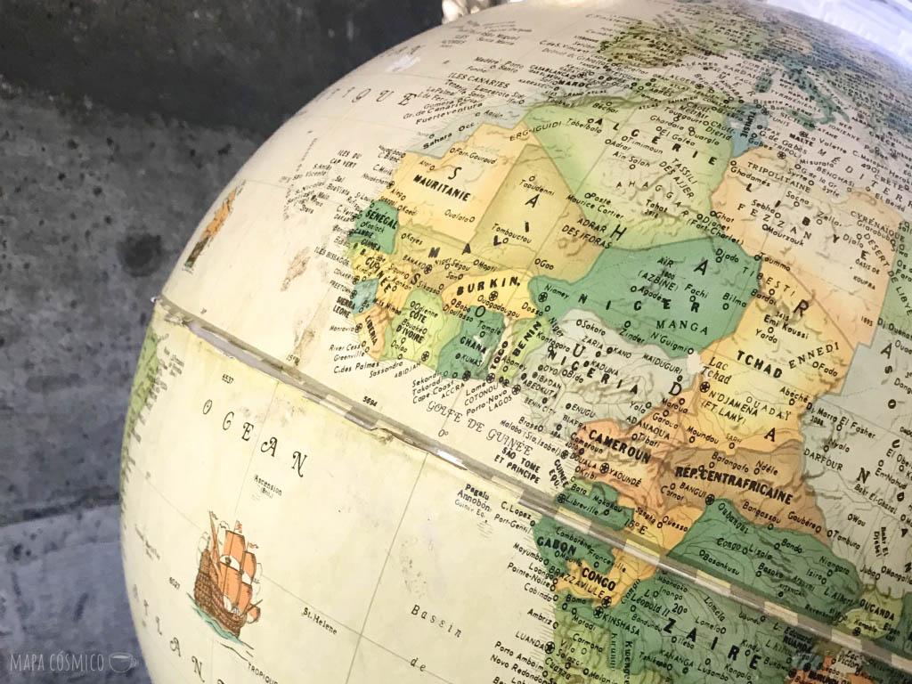 Globo terráqueo en idioma francés mostrando el continente africano
